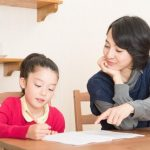 子どもに勉強を教えるお母さん